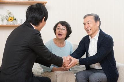 商談成立で喜ぶ家族