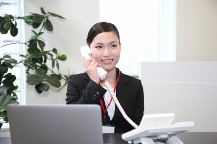 電話でお問い合わせ受付対応中の女性